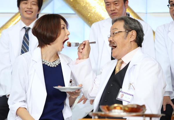 極上ステーキを「あ~ん」(C)日刊ゲンダイ