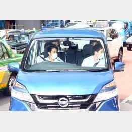 現場検証を終えて渋谷署に戻る三吉敏男容疑者を乗せた車両(C)日刊ゲンダイ