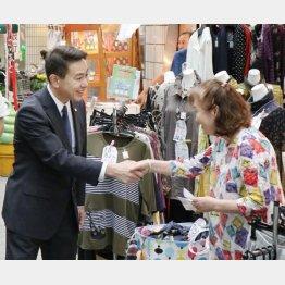 京都市の商店街で握手を交わす民進党の前原代表(C)共同通信社