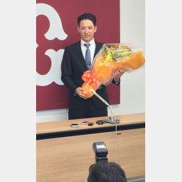 花束を手にする松本(C)日刊ゲンダイ