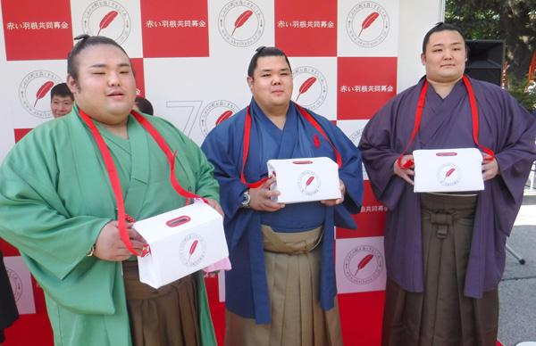 (左から)「赤い羽根共同募金運動」に参加した貴景勝、阿武咲、朝乃山(C)共同通信社