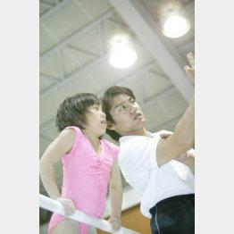 池谷氏から指導を受ける村上(2005年)/(提供写真)