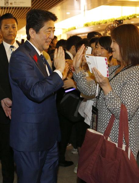 仙台市で練り歩く安倍首相(C)日刊ゲンダイ