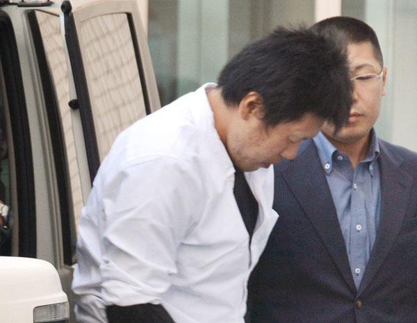 移送のため福岡空港署に到着した石橋和歩容疑者(C)共同通信社