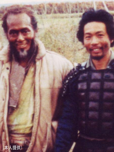 映画「影武者」に「雑兵D」で出演(左は仲代達矢)/(C)日刊ゲンダイ