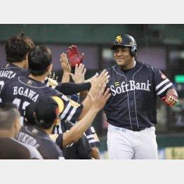 本塁打、打点の2冠に輝いたデスパイネ(C)日刊ゲンダイ