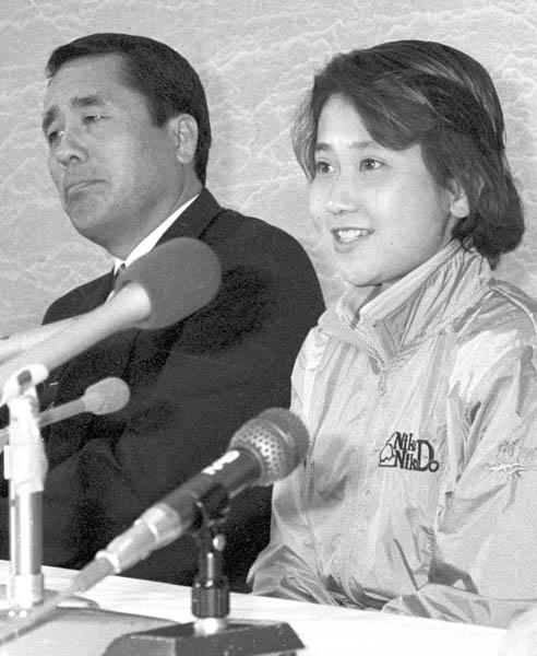 「私を選んで下さい」と笑顔で会見する松野明美(C)共同通信社