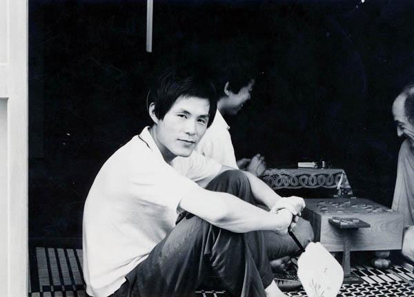 自宅でくつろぐ25歳のころの米長邦雄(提供写真)