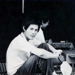 自宅でくつろぐ25歳のころの米長邦雄