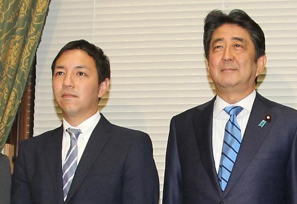 6区の鳩山二郎氏、安倍首相と(C)日刊ゲンダイ