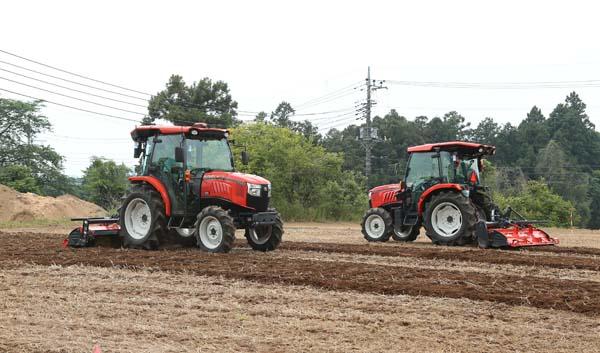 右のトラクターが自動運転(クボタ提供)