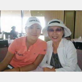 母親ソン・スクヒさん(右)と(C)日刊ゲンダイ