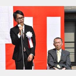3区の平沼正二郎氏と引退した父の平沼赳夫元衆院議員(C)共同通信社