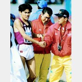 初マラソンの96年びわ湖毎日は7位に終わった渡辺康幸(右端はヱスビー食品の瀬古監督)/(C)共同通信社