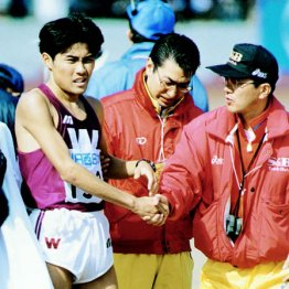 初マラソンの96年びわ湖毎日は7位に終わった渡辺康幸(右端はヱスビー食品の瀬古監督)