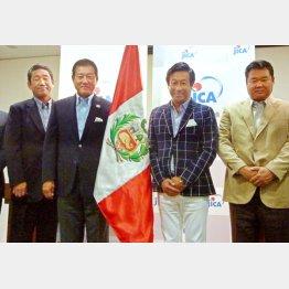 「野球伝道師」として南米ペルーに赴く原前監督(中央左)と巨人OBの宮本氏(同右)/(C)共同通信社