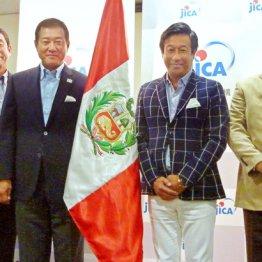「野球伝道師」として南米ペルーに赴く原前監督(中央左)と巨人OBの宮本氏(同右)