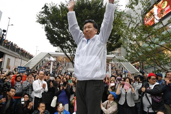 聴衆に手を振る立憲民主党の枝野幸男代表(C)日刊ゲンダイ