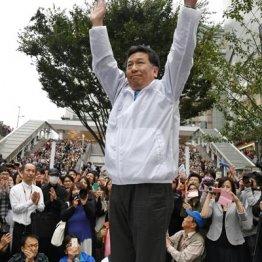 聴衆に手を振る立憲民主党の枝野幸男代表