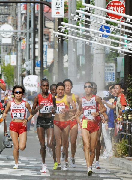 ミストゾーンを通過する土佐礼子らマラソン選手たち(C)共同通信社