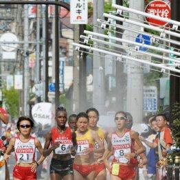 ミストゾーンを通過する土佐礼子らマラソン選手たち