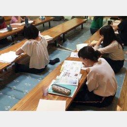 熱心に勉学に励む子供たち(提供写真)