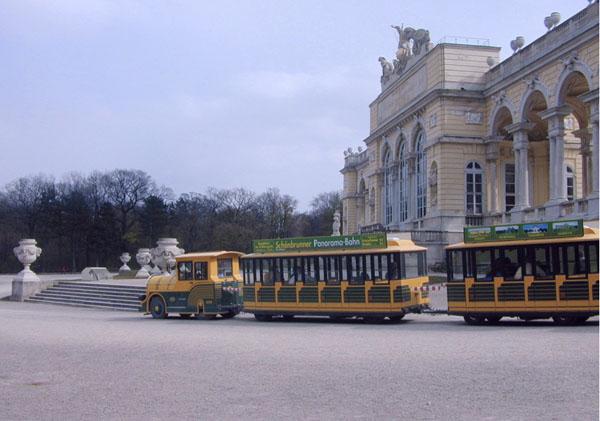 ウィーンのシェーンブルン宮殿の庭園内を走る「パノラマバーン」(C)共同通信社