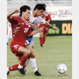 W杯予選での日本の初勝利は93年(三浦知良と洪明甫)/(C)共同通信社