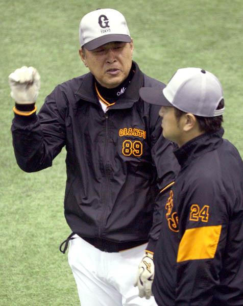 高橋監督(右)と(C)日刊ゲンダイ