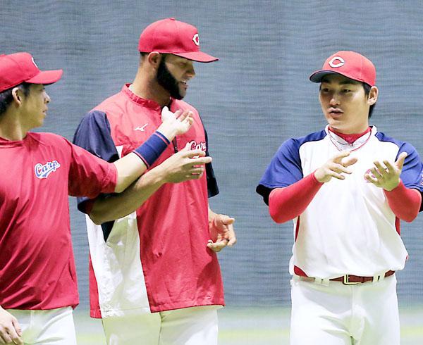 丸(右)と話をするメヒア(C)日刊ゲンダイ