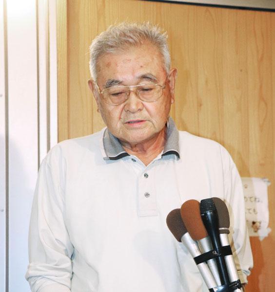 事故当日、テレビ局の取材に応じる大塚理事長(C)共同通信社