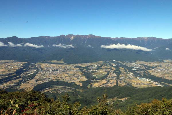 陣馬形山から中央アルプスを望む(C)日刊ゲンダイ