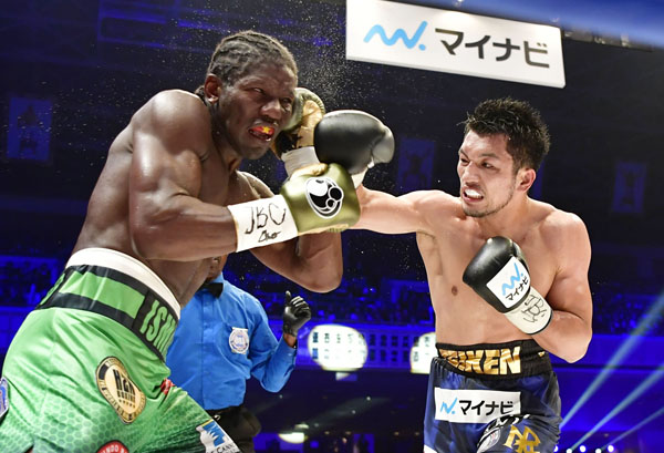 7回TKO勝ちの村田(C)共同通信社