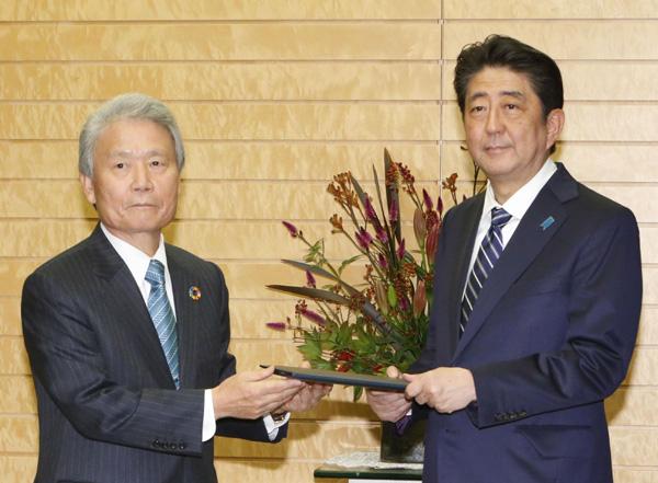 ベッタリの榊原会長(左)/(C)共同通信社