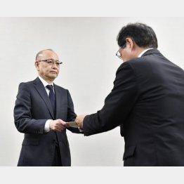 業務改善命令を受ける安達社長(左)(C)共同通信社