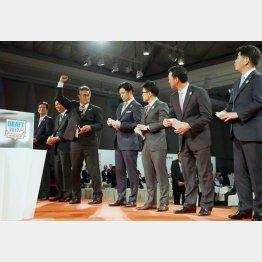 左から4番目が高橋監督(C)日刊ゲンダイ