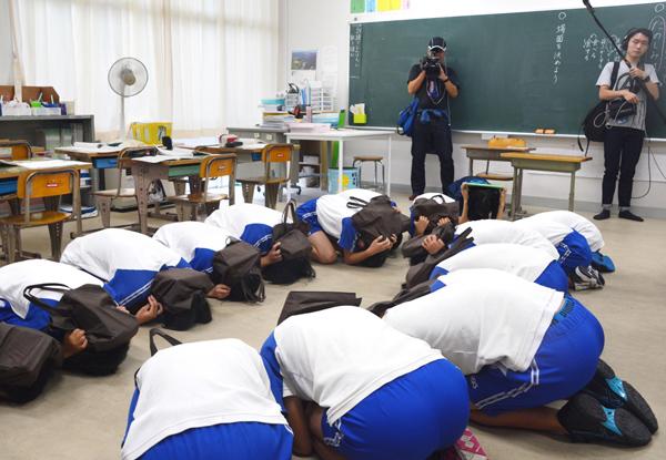 教室の生徒を這いつくばらせ…(C)共同通信社