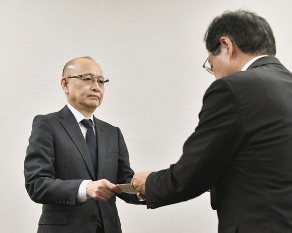 元経産次官の安達社長(左)/(C)共同通信社