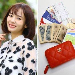 雑誌モデルでプロ雀士 岡田紗佳さんはシャネルのカードケースを愛用