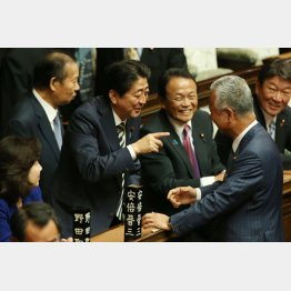 笑いが止まらない(C)日刊ゲンダイ