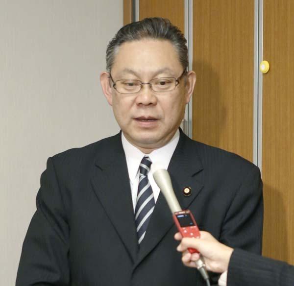長男逮捕について記者の質問に答える小川勝也議員(C)共同通信社