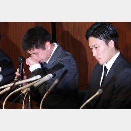 闇カジノ騒動会見で号泣する田児(左)とうつむく桃田(C)日刊ゲンダイ