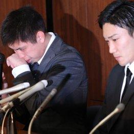 闇カジノ騒動会見で号泣する田児(左)とうつむく桃田