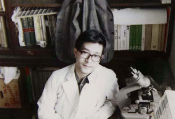 '72年研究室にて(提供写真)