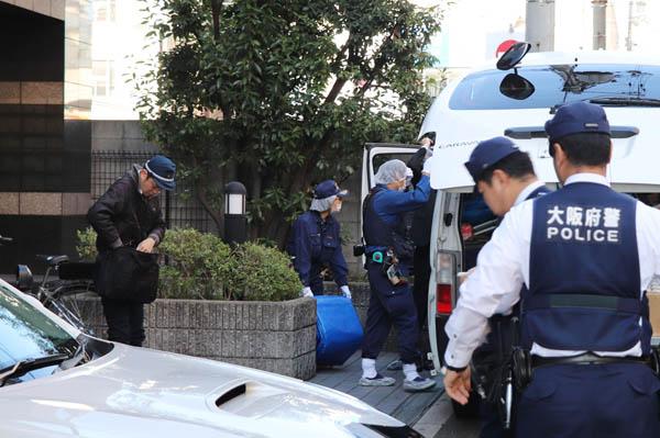 白骨化遺体が見つかった現場マンションに入る捜査員ら(C)共同通信社