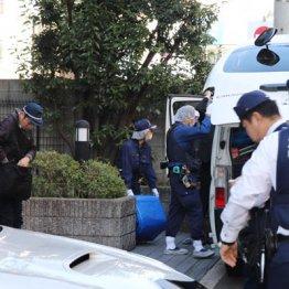 白骨化遺体が見つかった現場マンションに入る捜査員ら