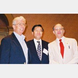 海外の研究者と東京で(1997年)/(提供写真)