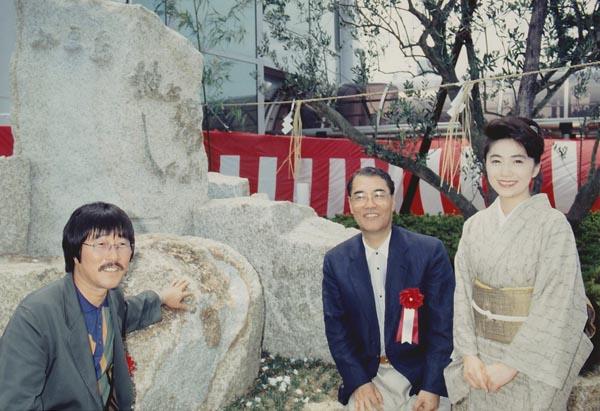 作詞家の吉岡治さん(央)、作曲家の岡千秋さんと(提供写真)