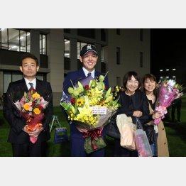 家族一同「1位指名」に笑顔(左から功さん、尚憲、多香子さん、裕佳子さん)/(C)日刊ゲンダイ