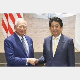 APEC首脳会議でマレーシアのナジブ首相と固い握手(C)代表取材・共同